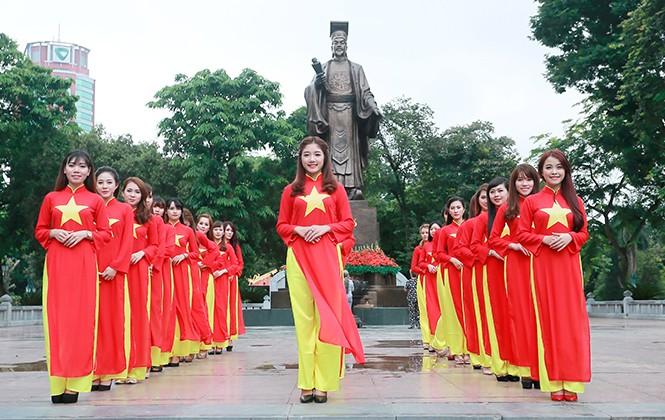 Nữ sinh Hà thành duyên dáng với áo dài cờ đỏ sao vàng