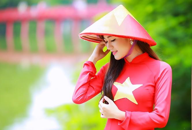 Nữ sinh khoe nét đẹp với áo dài 'Tôi yêu Tổ quốc tôi'