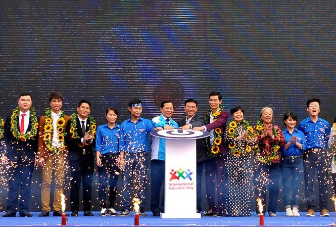 Anh Nguyễn Phi Long - Bí thư T.Ư Đoàn, T.Ư Hội LHTN Việt Nam cùng đại biểu, các tình nguyện viên, thanh niên làm nghi thức phát động