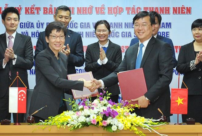 Đại diện cho hai bên, anh Lê Quốc Phong và bà Grace Fu ký bản ghi nhớ hợp tác. Ảnh: Xuân Tùng