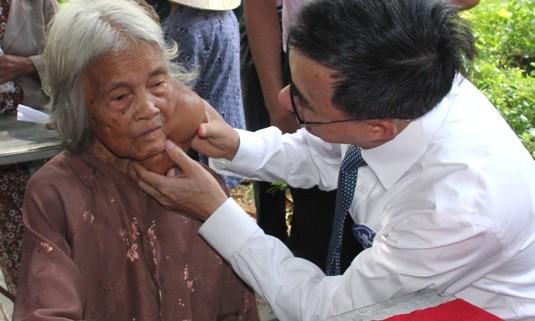 Bác sĩ Trần Văn Thuấn trực tiếp khám bệnh nhiều người dân