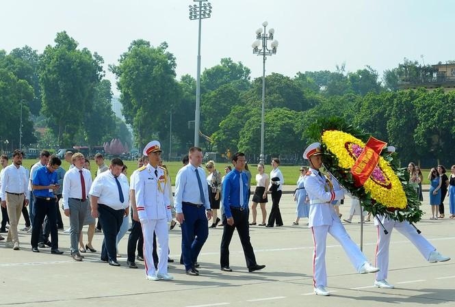 Đoàn đại biểu thanh niên Nga viếng Lăng Chủ tịch Hồ Chí Minh