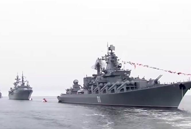 Tàu hộ vệ tên lửa Việt Nam xuất hiện đầy uy lực trong lễ duyệt binh Nga