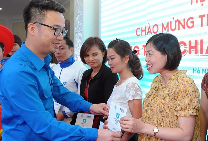 Phó Chủ tịch thường trực T.Ư Hội LHTN Việt Nam Nguyễn Tường Lâm trao tặng Sổ tiết kiệm cho các thầy cô giáo.