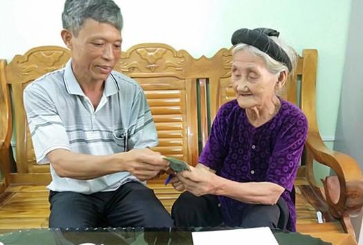 Bà Đỗ Thị Mơ ủng hộ tiền từ việc bán rau, bán trứng để phòng chống dịch