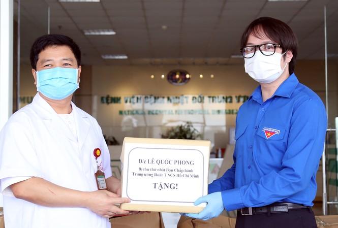 Đại diện Hội Thầy thuốc trẻ Việt Nam trao quà của Bí thư thứ nhất T.Ư Đoàn Lê Quốc Phong đến y, bác sĩ Bệnh viện Nhiệt đới Trung ương