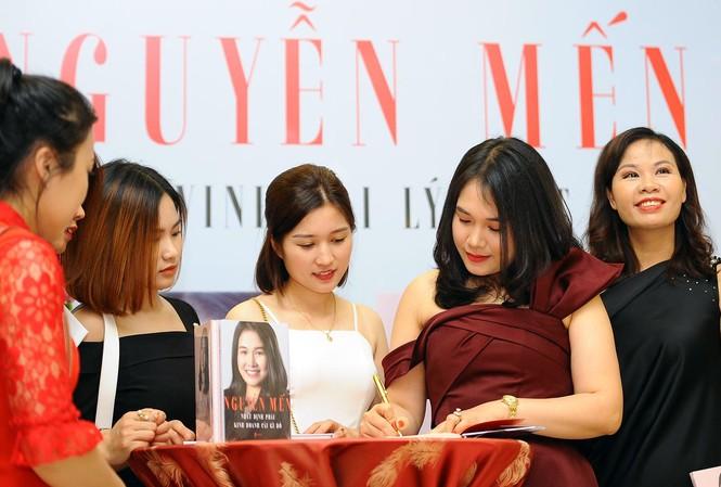 Nữ doanh nhân Nguyễn Mến tại chương trình ra mắt sách