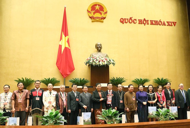 Chủ tịch Quốc hội Nguyễn Thị Kim Ngân tặng quà các đại biểu tại buổi gặp mặt. Ảnh: Minh Thu