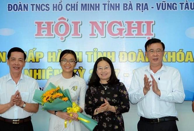 Phó Bí thư Thường trực Tỉnh ủy Bà Rịa – Vũng Tàu Nguyễn Thị Yến tặng hoa chúc mừng chị Hồ Thị Ánh Tuyết làm Bí thư Tỉnh Đoàn