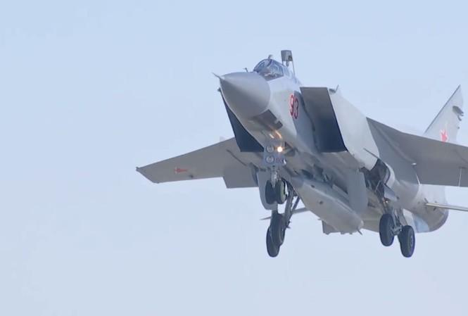 Tiêm kích MiG-31 mang tên lửa Kinzhal dưới bụng