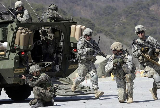 Lính Mỹ và Hàn Quốc tập trận chung ở Pocheon, phía bắc Seoul hồi năm 2015 ảnh: AP