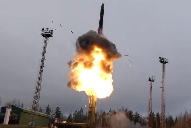 Một tên lửa đạn đạo của quân đội Nga được phóng từ bệ phóng trên xe kéo