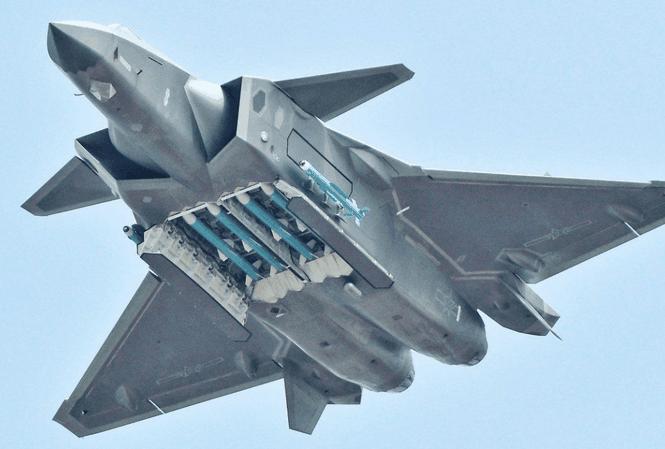 Tiêm kích J-20 Trung Quốc và khoang vũ khí có tên lửa PL-15