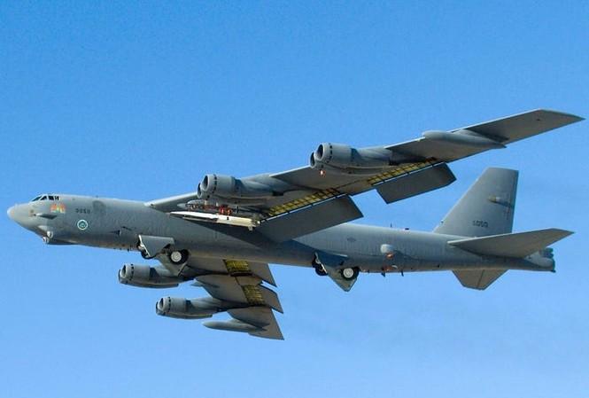 Phương tiện bay siêu âm thử nghiệm Waverider X-51A trên cánh máy bay B-52 vào ngày 26 tháng 5 năm 2010.