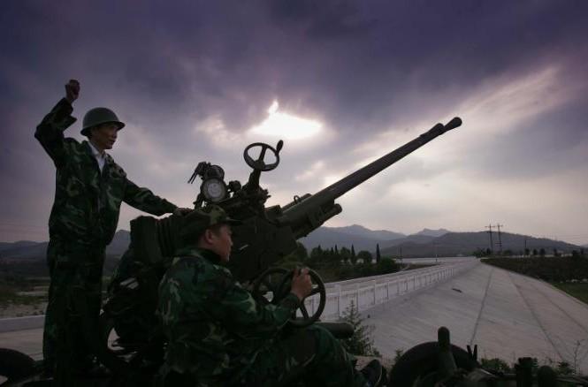 Một công nhân bắn tên lửa để tạo hạt mây trong một nỗ lực tạo mưa ở Huangpi, Trung Quốc vào ngày 10 tháng 5 năm 2011
