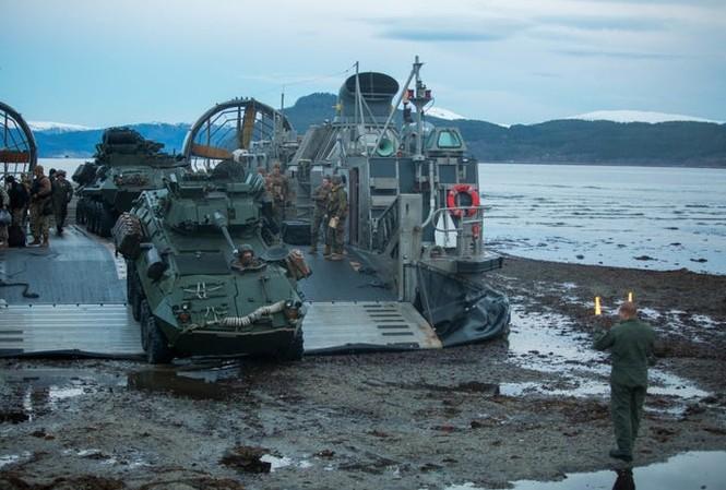 Xe tấn công đổ bộ thoát ra khỏi tàu đổ bộ, đệm khí. Ảnh của Thủy quân lục chiến Mỹ