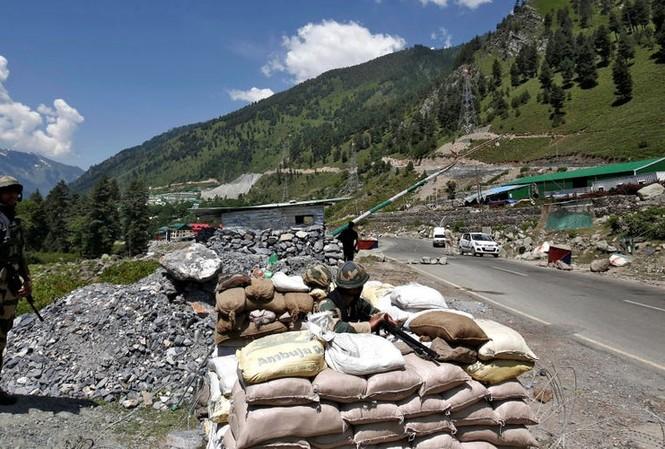 Các binh sĩ Lực lượng An ninh Biên giới Ấn Độ tại một trạm kiểm soát ở Kashmir trên đường cao tốc dẫn đến Ladakh, ngày 17/6/2020.