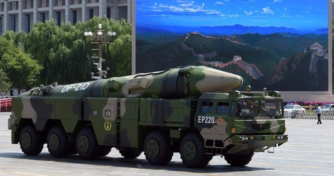 """Một tên lửa DF-21D """"sát thủ tàu sân bay"""" của Trung Quốc trên Quảng trường Thiên An Môn của Bắc Kinh, ngày 3 tháng 9 năm 2015."""