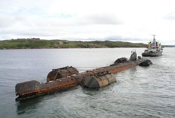 Tàu ngầm hạt nhân K-159 năm 2003 trong quá trình di dời bị chìm khiến 9 thủy thủ thiệt mạng.