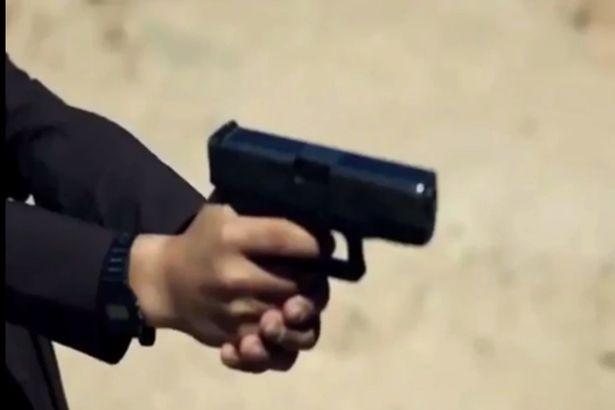 Những ngón tay nhỏ bé bóp cò súng, đoạt mạng người.