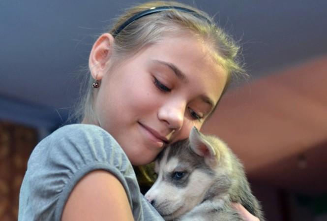 Bé Olga hạnh phúc bên chú chó do ông Putin tặng.