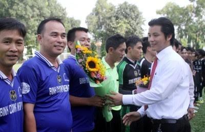 Chủ tịch CLB bóng đá Hoàng Gia Đỗ Văn Hiếu động viên cầu thủ trong một trận cầu từ thiện