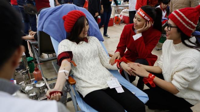 Á hậu Tú Anh 2 lần hiến máu