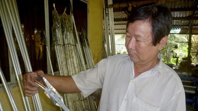 Ông Lê Phước Lộc bên chiếc kéo đa năng