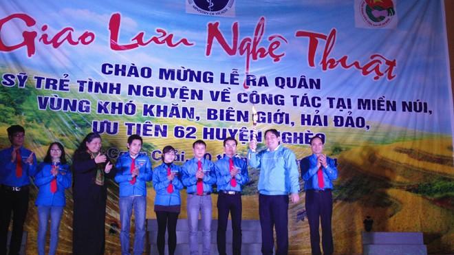Phó Chủ tịch Quốc hội Tòng Thị Phóng và Bí thư thứ nhất Trung ương đoàn Nguyễn Đắc Vinh trao đuốc cho những bác sỹ trẻ lên đường làm nhiệm vụ.