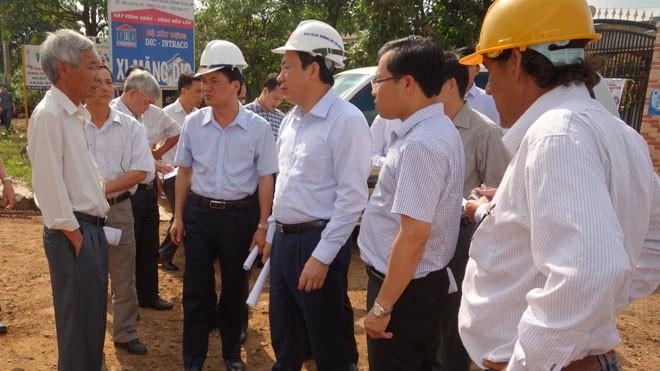 Thứ trưởng GTVT Nguyễn Hồng Trường (thứ 3 từ phải sang) kiểm tra thực địa dự án tại Tây Nguyên