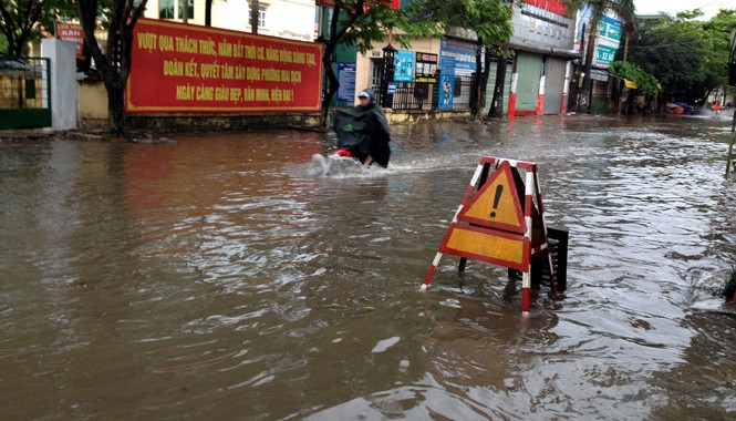 Hà Nội ngập úng sau cơn mưa sáng ngày 27/4