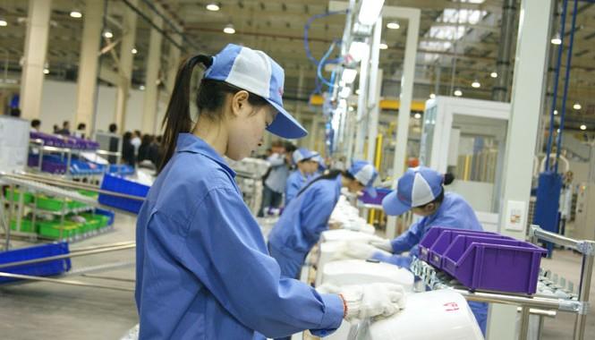 Lao động giá rẻ không còn là lợi thế của Việt Nam. (Ảnh nhà máy sản xuất bình nước nóng của nhà đầu tư Italy). Ảnh: L.H.V.