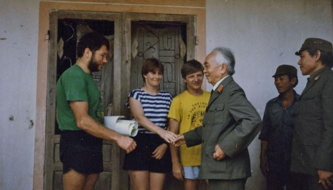 Bức ảnh lưu niệm của Đại tướng Võ Nguyên Giáp và Howard Limbirt cùng các thành viên. Ảnh: L.N