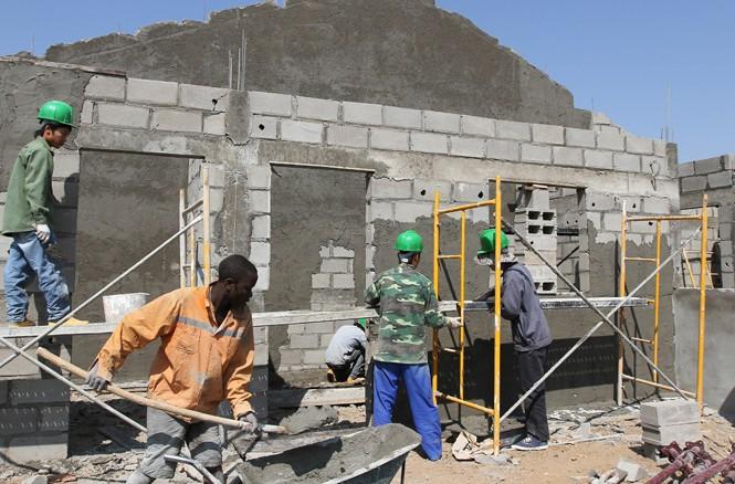 Lao động Việt Nam làm việc tại một công trình xây dựng ở tỉnh Huambo, Angola. Ảnh: Phong Cầm