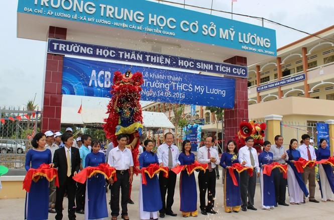 Lãnh đạo ACB và Sở GD&ĐT tỉnh Tiền Giang cắt băng khánh thành trường THCS Mỹ Lương