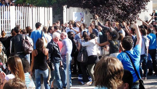 Thí sinh rớt tốt nghiệp trung cấp kỹ thuật biểu tình phản đối và xin tổ chức thi lại trước Trường thi nhưng vô hiệu. Ảnh: www.europel.fr/