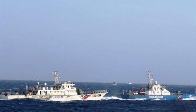 Tàu Hải cảnh Trung Quốc bám sát, hú còi, sẵn sàng đâm va tàu Cảnh sát biển 4032 của Việt Nam. Nguồn: Cảnh sát biển Việt Nam