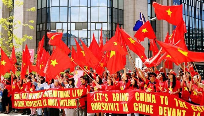 Kiều bào và sinh viên Việt Nam tại Bỉ biểu tình phản đối Trung Quốc đặt giàn khoan trái phép trong vùng biển Việt Nam.       ảnh: Dương Tú (Brussels)