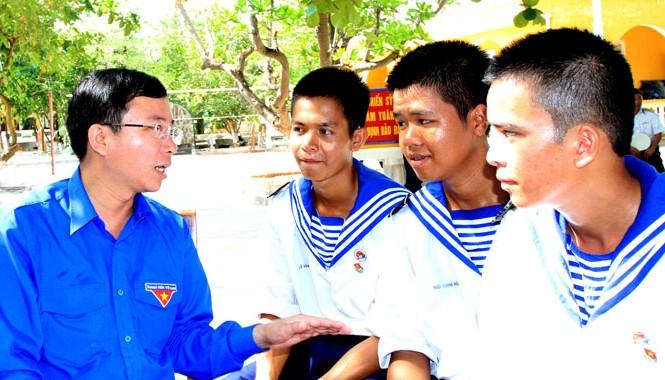Bí thư T.Ư Đoàn Đặng Quốc Toàn trò chuyện với các chiến sỹ ở Trường Sa