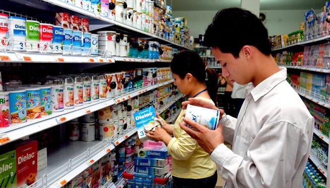 Kể từ hôm nay 21/6 mức giá sữa bán buôn và bán lẻ tối đa giảm từ 1 đến 31% so với mức giá cũ. Ảnh: Ngọc Châu