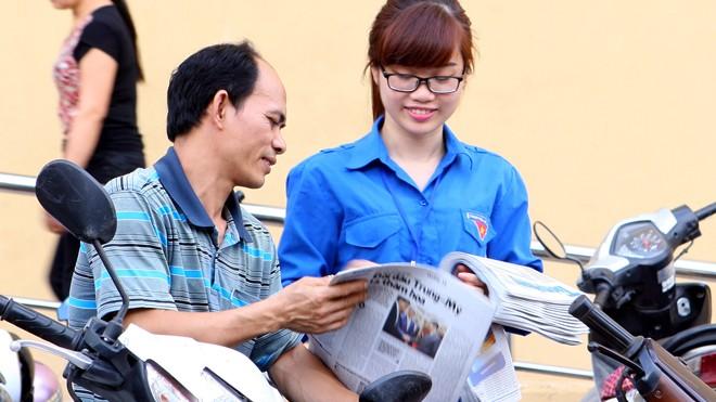 Viện ĐH Mở Hà Nội tặng 2.500 tờ báo Tiền Phong cho thí sinh