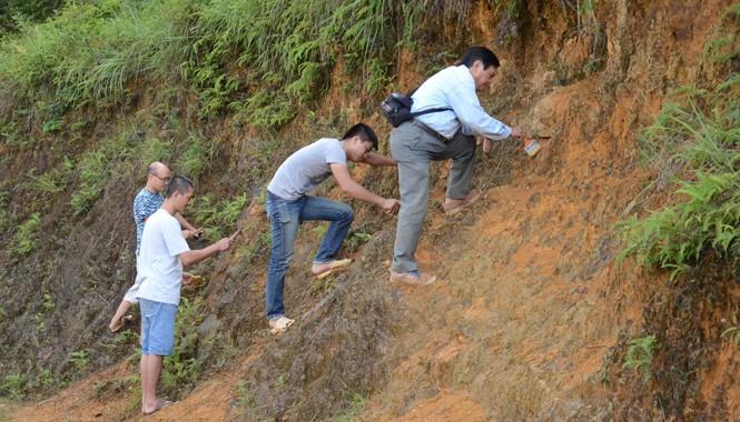 Đoàn cán bộ khảo sát bậc thềm sông cổ tại Yên Minh.  Nguồn: Viện khảo cổ học Việt Nam