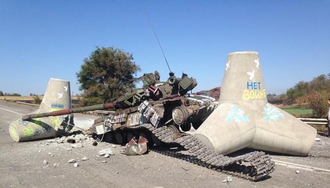 Xe tăng quân đội Ukraine bị phe ly khai miền Đông bắn cháy. Ảnh: Getty Images
