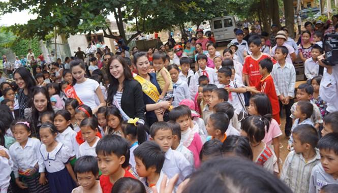 Hoa hậu, các á hậu và người đẹp cuộc thi Hoa hậu Việt Nam 2012 thăm và tặng quà các em học sinh vùng bị lũ lụt tỉnh Thanh Hóa tháng 9/2012.