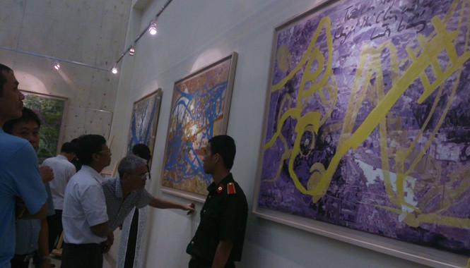 Một góc phòng triển lãm của tướng quân y Nguyễn Tiến Bình.