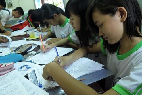 Học sinh Trường THPT Marie Curie (TP.HCM) làm hồ sơ đăng ký dự thi ĐH - Ảnh: Đào Ngọc Thạch (Thanh Niên)