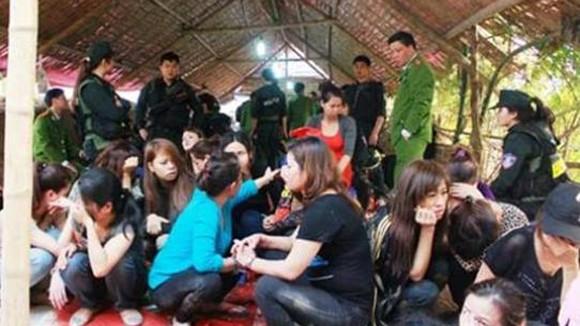 Các con bạc bị bắt trong sới ở Tân Dân, thời điểm tháng 3/2013. Ảnh: An Ninh Thủ Đô