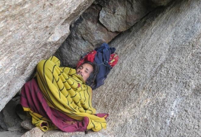 Người đàn ông rời bỏ cộng đồng sống ở hang đá gần 10 năm nay.