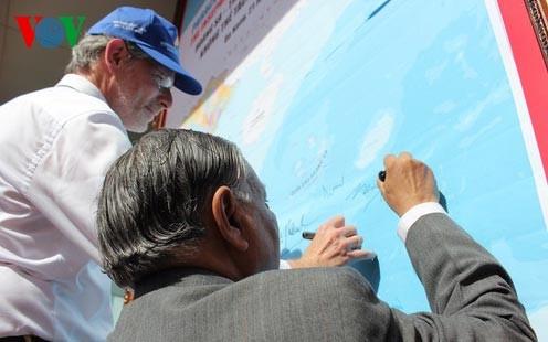 Học giả nước ngoài ký tên vào bản đồ Việt Nam khẳng định chủ quyền đối với 2 quần đảo Hoàng Sa- Trường Sa tại triển lãm