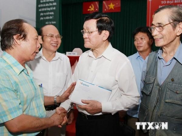 Chủ tịch nước Trương Tấn Sang với các cử tri Quận 1, Thành phố Hồ Chí Minh. (Ảnh: Nguyễn Khang/TTXVN)